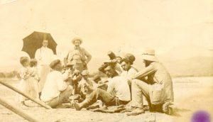 281 una foto de molt al principi de segle XX  Bonaventura Mir Joan Sallareo  Margarita mir en un alt del cami diria que molt a prop de la platja